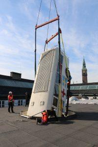 Hvid bus svæver over Nationalmuseet når store ting flyver