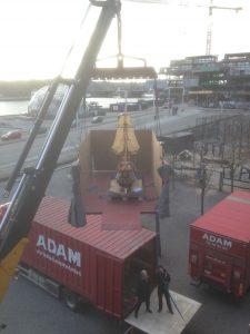 Svævende skibsmodel hejses op på Tøjhusmuseet