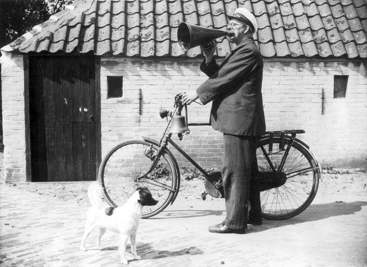 mand med råbetragt og cykel